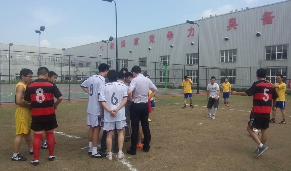 裁判和球员赛前紧张热身